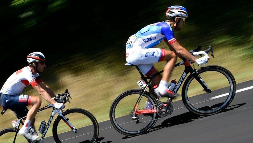 Le Suisse Martin Elmiger (g) et le Français Jérémy Roy s'échappent lors de la 14e étape du Tour entre Montélimar et Villars-les-Dombes, le 16 juillet 2016
