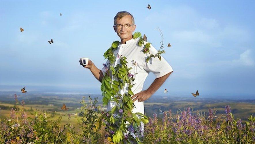 Michel Bras pose pour le calendrier Lavazza 2014 au milieu de la flore de l'Aubrac.
