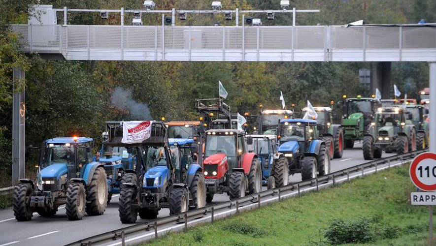 Des agriculteurs manifestent avec leurs tracteurs le 8 novembre 2013 près de Valenciennes