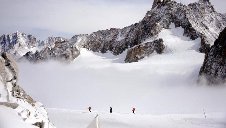 Une cordée d'alpinistes près de la Dent du Géant dans la massif du Mont Blanc
