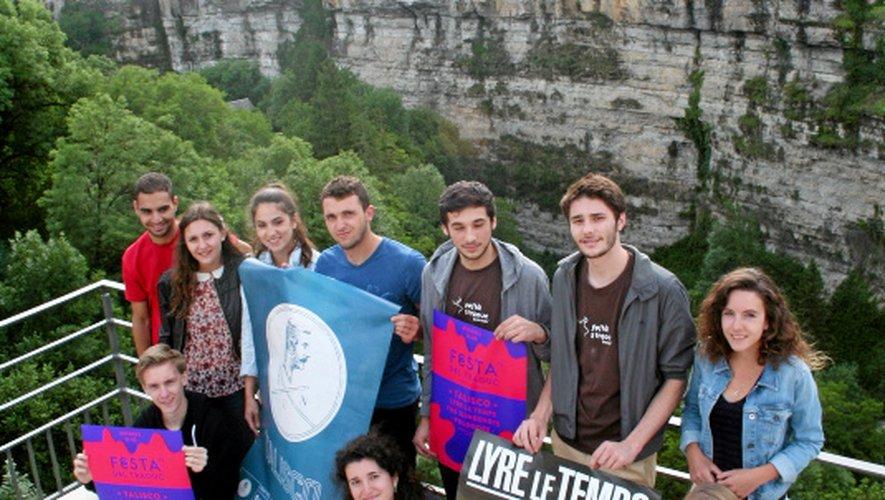 Les organisateurs au bord du canyon. Au loin, Sainte-Fauste attend son heure.