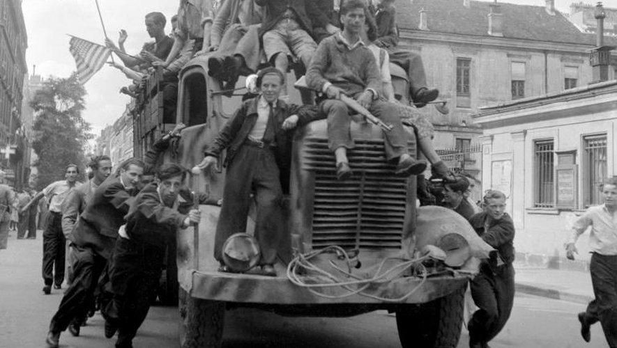 Des FFI (Forces Françaises de l'Intérieur)  manifestent leur joie, le 25 août 1944 devant la mairie du 17 ème arrondissement rue des Batignolles, lors de la libération de Paris