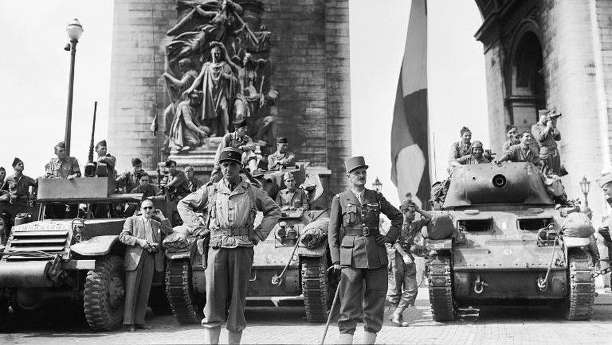 Le général Leclerc et ses troupes de la 2ème DB, le 26 août 1944 sur  sur les Champs-Elysées, après la libération de Paris