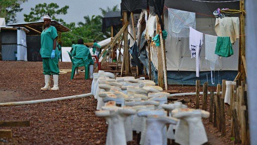 L'équipement du personnel médical dans le centre de traitement de Kailahun de MSF, au Sierra Leone, pour se protéger du virus Ebola, le 14 août 2014