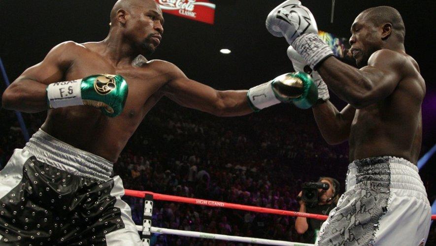 Floyd Mayweather (g) lors de son combat face à son compatriote Andre Berto à Las Vegas, le 12 septembre 2015