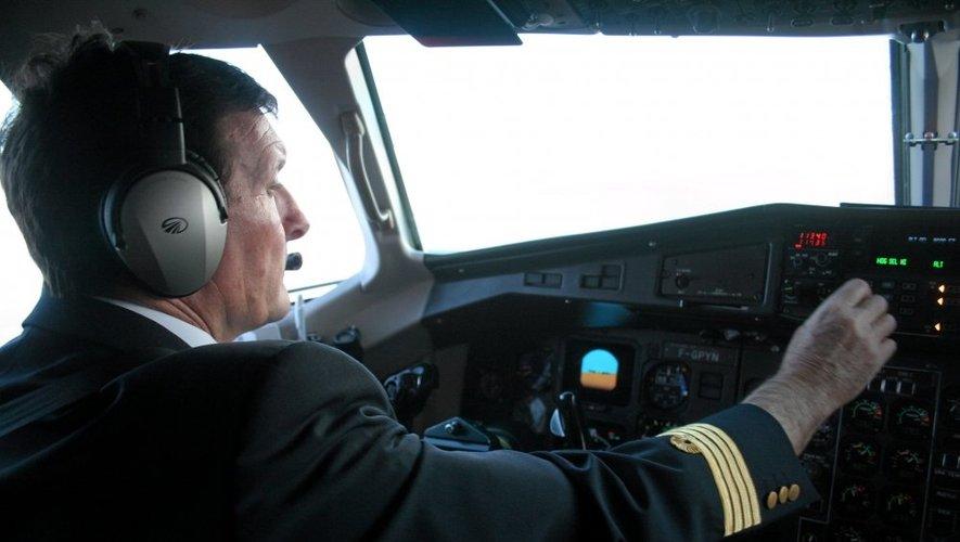 Le commandant Claudio Dumey prépare son vol avant l'heure fatidique du décollage.