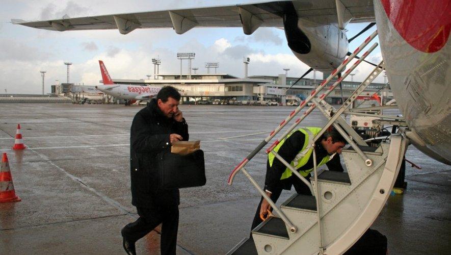 Après le briefing, pilote, copilote et personnels navigants commerciaux (PNC) préparent la cabine.