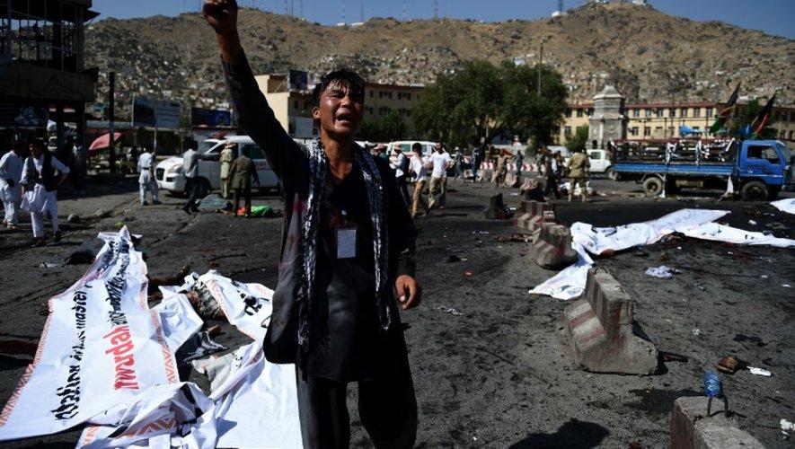 Un Afghan hurle sa colère sur la scène d'un attentat suicide à Kaboul le 23 juillet 2016