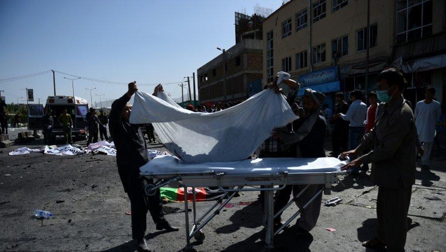 Les secours transportent un corps après l'attentat qui a frappé une manifestation à Kaboul en Afghanistan, le 23 juillet 2016