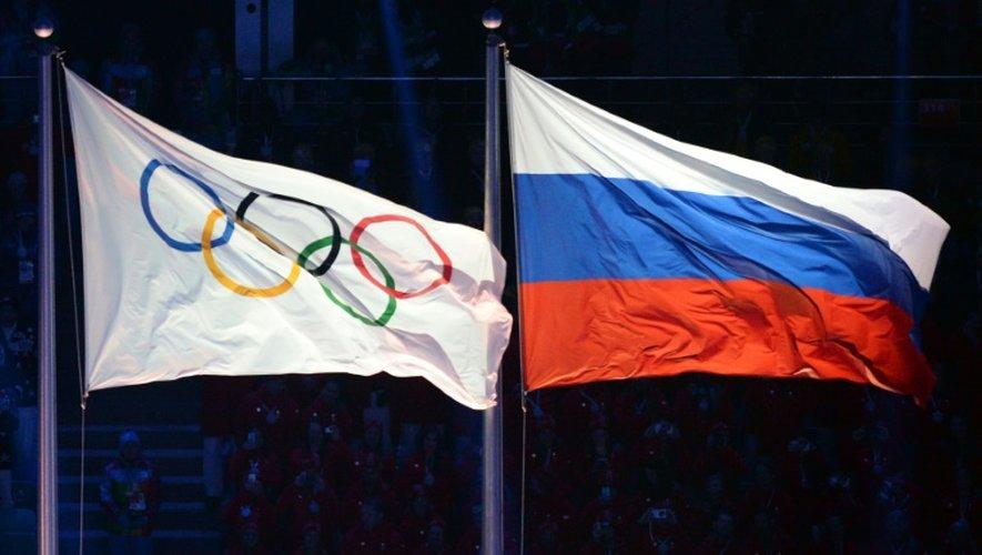 Drapeaux du CIO (g) et de la Russie lors des JO de Sotchi, le 7 février 2014