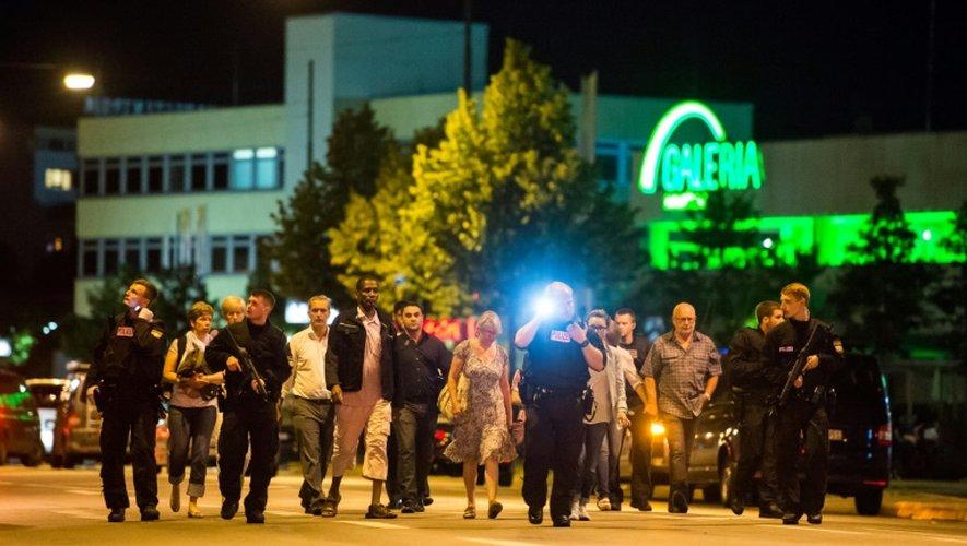 Des personnes sont évacuées du centre commercial de Munich le 22 juillet 2016.