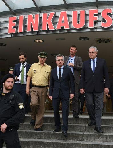 Le ministre allemand de l'Intérieur Thomas de Maiziere et le ministre bavarois de l'Intérieur Joachim Herrmann devant le centre commercial  Olympia-Einkaufszentrum le 23 juillet 2016 à Munich