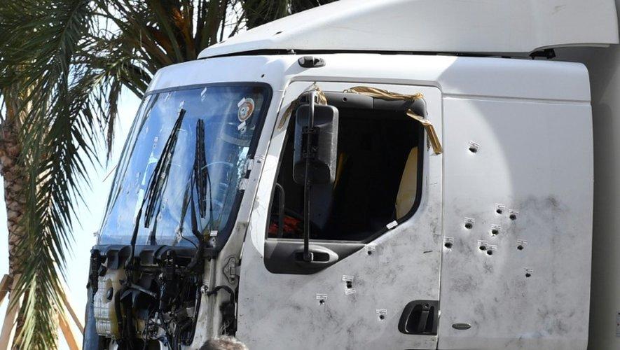 Le camion conduit par Mohamed Lahouaiej Bouhlel est inspecté par la police sur la Promenade des Anglais à Nice, le 15 juillet 2016, au lendemain matin de l'attentat qui a fait 84 morts