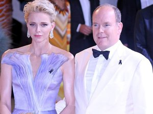 Monaco : Charlene encore en bleu et blanc au Gala de la Croix Rouge