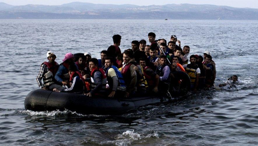 Des réfugiés arrivent à Lesbos à bord d'un canot pneumatique, le 9 septembre 2015