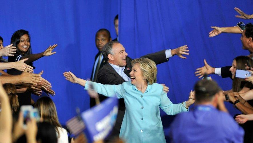 Hillary Clinton et son colistier Tim Kaine arrivent pour un meeting de campagne à l'univerité de Miami, le 23 juillet 2016