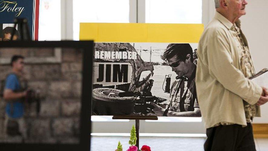 Un paroissien devant des photos du journaliste américain sauvagement executé, James Foley, lors d'une messe à l'église Our Lady of the Rosary, à Rochester, le 24 août 2014