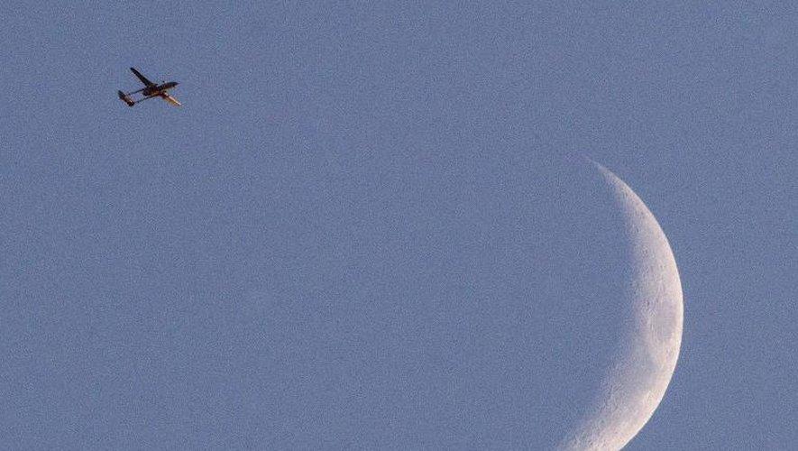 Photo prise le 31 juillet 2014 à partir de la frontière entre Israël et Gaza d'un drone israélien de type Hermes 500 volant sur le territoire palestinien