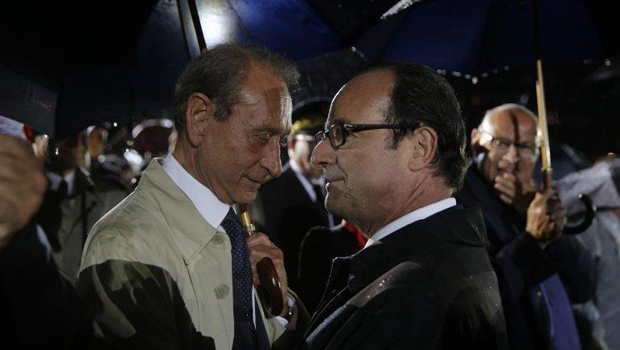 Aparté entre Bertrand Delanoë et François Hollande lors de la célébration du 70e annAparté entre Bertrand Delanoë et François Hollande lors de la célébration du 70e anniversaire de la Libération, le 25 août 2014 dans la soirée à Parisiversaire de la Libération, le 25 août 2014 dans la soirée à Paris