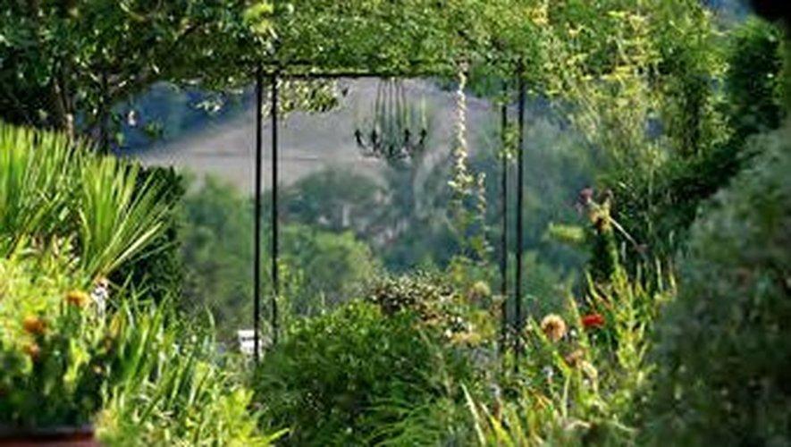Le public aveyronnais pourra parcourir les allées du Jardin de la Mothe, à Salles-Courbatiers, un magnifique jardin à l'anglaise, créé en 1997.