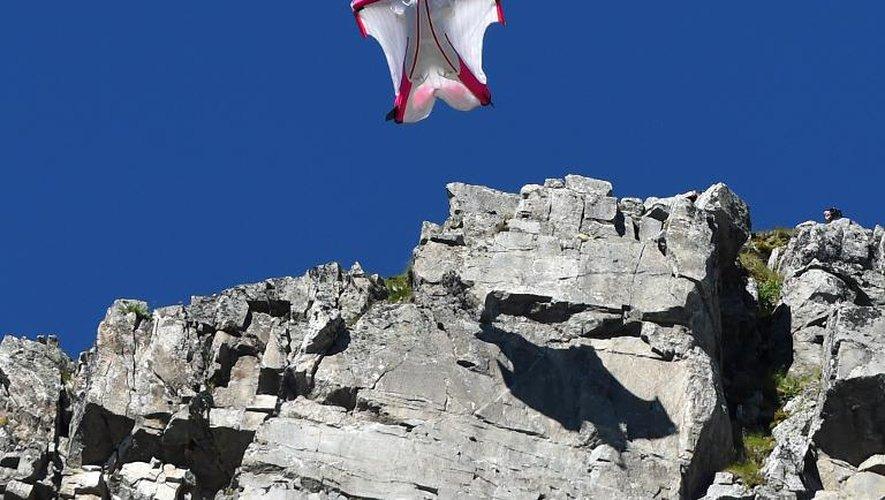 La Suisse Géraldine Fasnacht saute le 16 juillet 2014 du haut du Brévent sur la ville de Chamonix