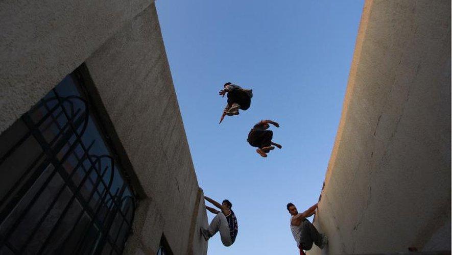 Des irakiens pratiquent le 14 mai 2014 dans la ville de Nadjaf, au sud de Bagdad, le parkour qui consiste en des acrobaties urbaines, de toits en balcons, par exemple