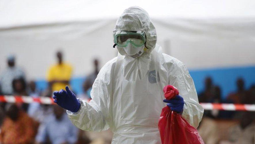 Un homme vêtu d'une combinaison de protection, le 14 août 2014 à l'hôpital de Biankouma (Côte d'Ivoire)