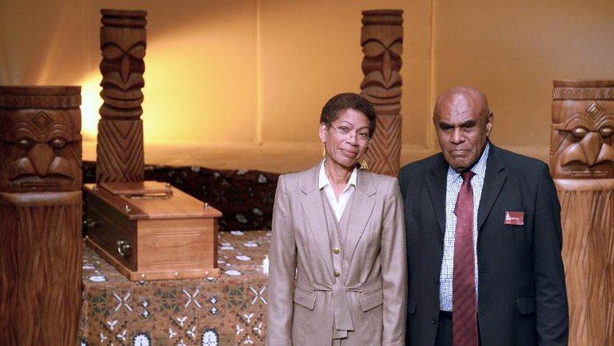La ministre française des Outre-Mer George Pau-Langevin et le Sénat coutumier kanak Bergé Kawa, descendant direct d'Ataï et grand chef du district de La Foa, lors d'une cérémonie à Paris le 28 août 2014