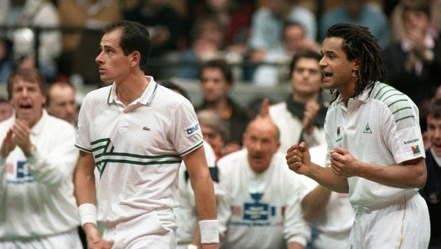 Yannick Noah, déjà capitaine de l'équipe de France de Coupe Davis, encourage Guy Forget qui défie Pete Sampras au cours de la finale face aux Etats-Unis, à Lyon le 1er décembre 1991