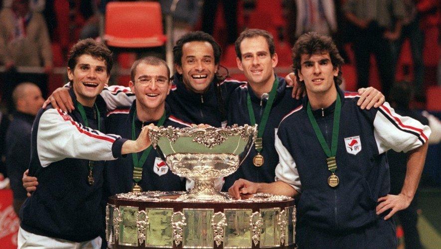Les joueurs de l'équipe de France et leur capitaine Yannick Noah, victorieux de la Suède en finale de la Coupe Davis, posent avec le Saladier d'argent, le 1er décembre 1996 à Malmö