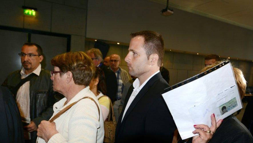 Nicolas Cano (C) arrive au procès de Manuela Gonzalez, accusée d'avoir tué son père Daniel Cano, le 14 avril 2014 à Grenoble