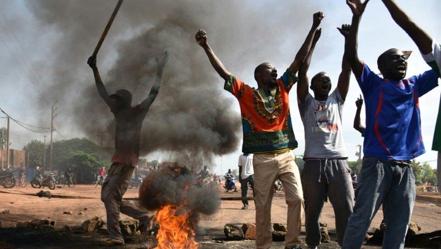 Des manifestants opposés aux putschistes à Tampouy, dans la banlieue de Ougadougou, le 21 septembre 2015