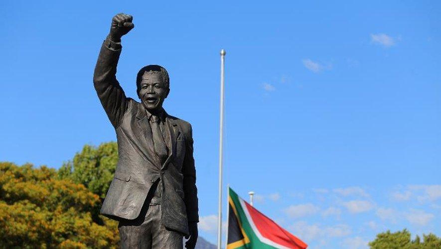 """Mandela: la foule arrive à Soweto pour """"célébrer son géant"""""""