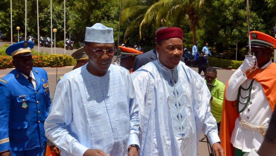 Les présidents tchadien Idriss Deby Itno et nigerian Issoufou Mahamadou, membres de la médiation de la CEDEAO,  le 21 septembre 2015 à Niamey