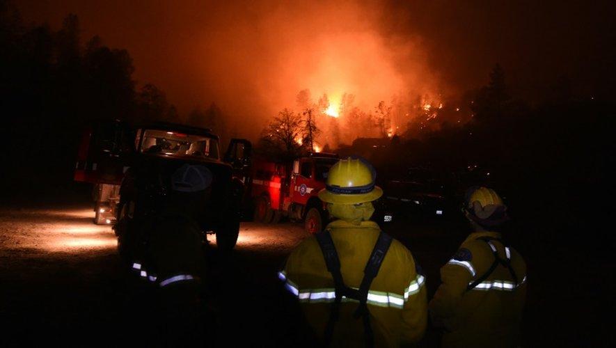 Des pompiers luttent contre les incendies le 15 septembre 2015 près de Middletown en Californie