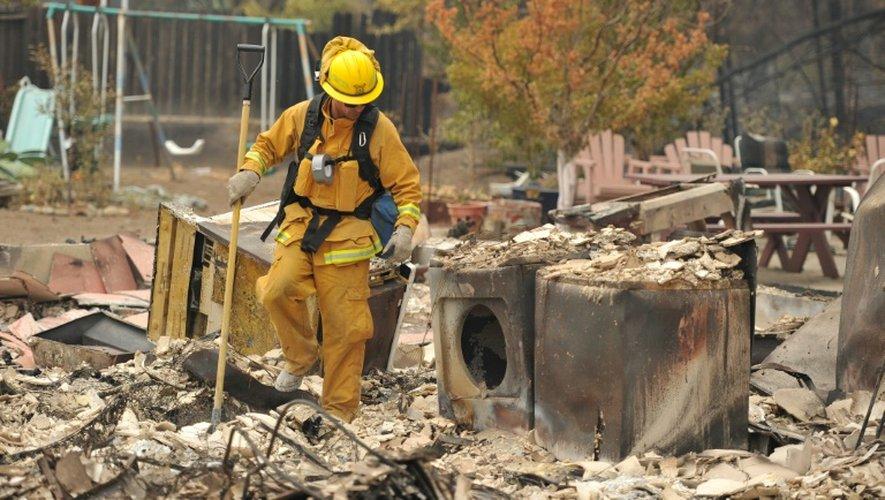 Des pompiers au milieu des décombres calcinés le 14 septembre 2015 à Middletown