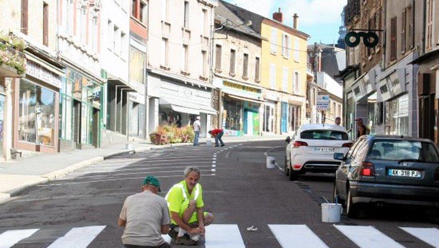 Elus et employés aux petits soins des commerçants de la rue Cayrade.