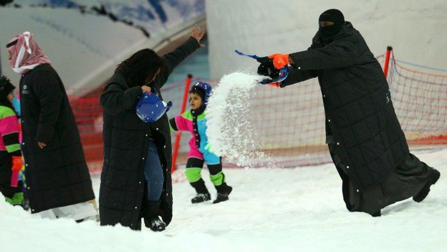 Des Saoudiennes jouent avec la neige, au Snow City de Ryad, le 20 juillet 2016