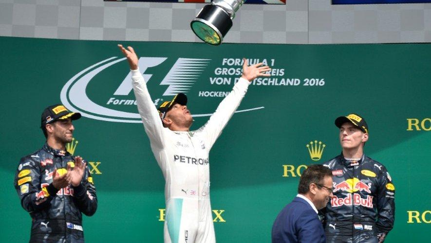 Le Britannique Lewis Hamilton savoure sur le podium sa victoire au GP d'Allemagne sur le circuit d'Hockenheim, le 31 juillet 2016