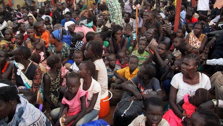 Des civils cherchent refuge auprès de l'Onu près de l'aéroport de Juba le 17 décembre 2013