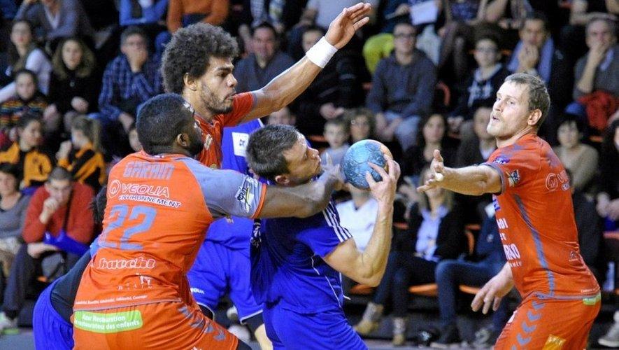 Les joueurs du Rodez-Onet handball ont buté sur le mur varois de Saint-Raphaël. Une lourde défaite, 42-23.