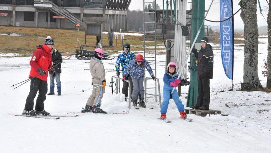 Les canons à neige permettent une hauteur suffisante sur les pistes. Ailleurs, le redoux a fait son oeuvre.