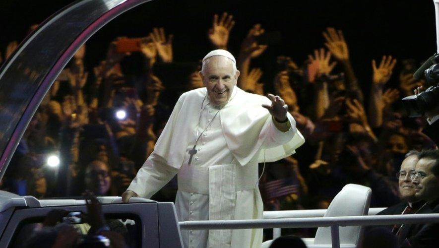 """""""Dieu pleure"""" pour vous, dit le pape à des victimes de pédophiles"""