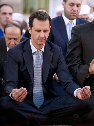 Photo fournie par l'agence officielle syrienne Sana montrant le président Bachar al-Assad lors de la prière de l'Aïd al-Adha, le 24 septembre 2015 à la mosquée de Damas