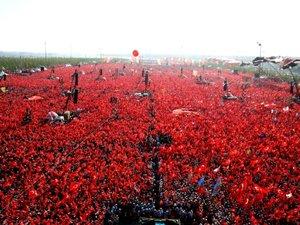 Manifestation géante après le putsch raté à Istanbul: démonstration de force pour Erdogan