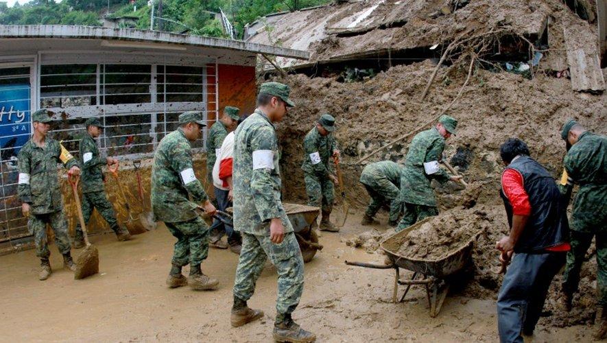 Des soldats mexicains aident à déblayer des maisons endommagées par les glissements de terrains provoquées par les pluies de la tempête Earl, dans la région de Xalapa dans l'Etat de Veracruz au Mexique, le 06 août 2016