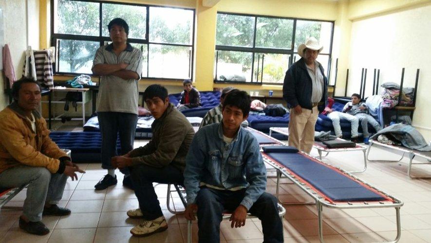Des habitants de Xaltepec et la Joya restent dans un abri après un glissement de terrain provoqué par la tempête tropicale Earl