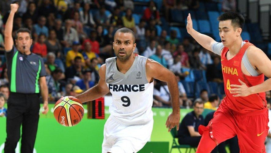Le meneur de jeu de l'équipe de France de basket Tony Parker face à la Chine, le 8 août 2016 aux JO à Rio