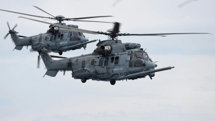 Deux hélicoptères français Caracal lors d'un exercice d'approvisionnement en carburant, le 6 juin 2016
