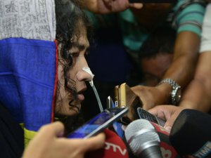 Inde: une militante met fin à 16 ans de grève de la faim